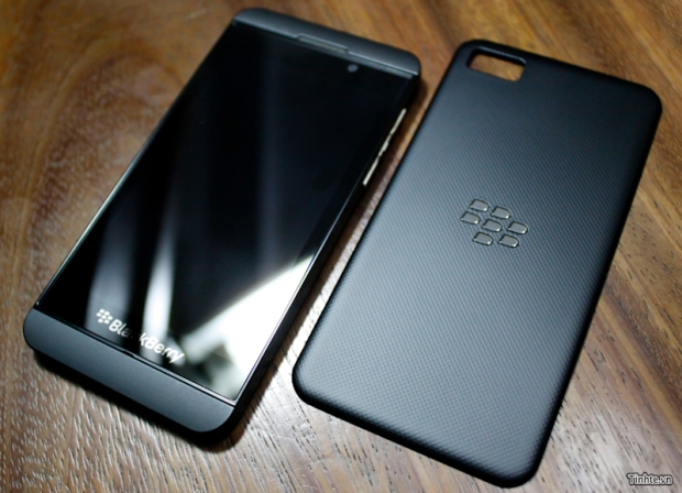 Does anyone else think that BB10 phone looks sexy :D-blackberry-10-l-series-dec12.jpg