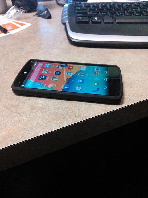 This is how the Spigen Ultra Hybrid looks on the White Nexus 5-960193_10202473837549222_1306475535_n.jpg