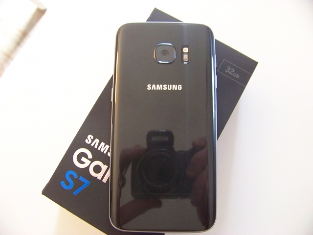 Black Samsung Galaxy S7 almost new (only 1 month old) !-100_2853.jpg