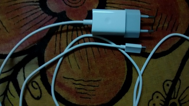 India - Don't we get data cable with Moto G?-motog-charger.jpg