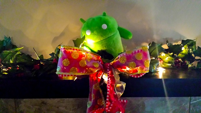 Holiday Photo Contest: Android mini collectible giveaway!-androidchristmas.jpg