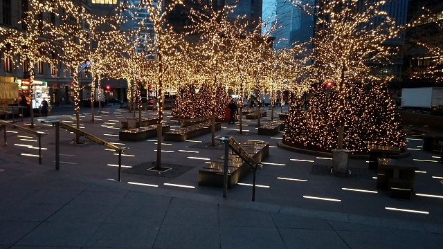 Holiday Photo Contest: Android mini collectible giveaway!-xmas-zucotti.jpg